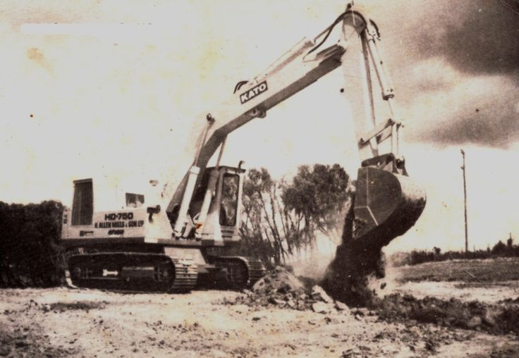 Although of poor quality, this is the only photo the author has of H Allen Mills' Kato HD750. It is seen here excavating for culverts at a site near Te Kauwhata in 1974. H Allen Mills was a big customer of Clyde Engineering and owned a lot of Euclid scrapers and dozers. (Photo: Author's collection)
