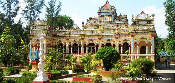 Mengunjungi Pagoda Vinh Trang,pagoda tertua yang ada di daerah Mekong Delta – dibangun pada tahun 1860 dlm 6D Mono Vietnam tgl 29 Dec'13. Hubuingi kami 021 2350 9925   e. tourasia@bayubuanatravel.com