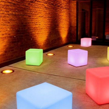 Cubo led con luces de colores para usar de asiento en la for Asientos terraza