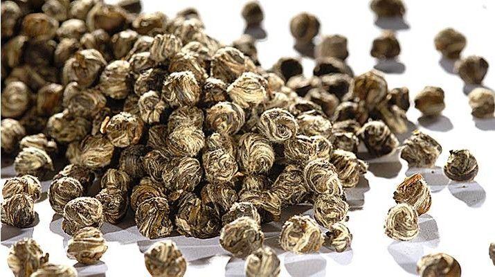 Jasmintee Jasmin Pearls Eine Jasmintee-Spezialität aus Fujian. Ein Produkt des familiengeführten Teefachgeschäft mit Onlineshop, Evas Teeplantage in Nürnberg.  Evas Teeplantage ist spezialisiert auf hochwertige Grüntees (Japan, China), Oolongs und Schwarztee. Aber auch zahlreiche aromatisierte Sorten, säurearme Früchtetees oder Rotbusch- und Kräutertees sind Teil des Sortiments. #MomPreneursAdventsbasar