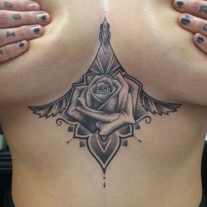 Tattoos underboob são uma tendência violenta atualmente, cobiçado por aquelas que querem uma imagem sexy e por aquelas que querem tatuagens mais íntimas.