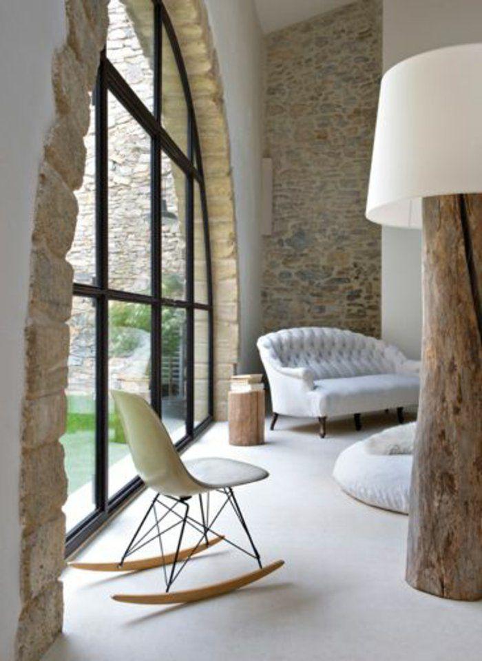 joli salon avec grandes fenetres et mur en pierre de parement intérieur