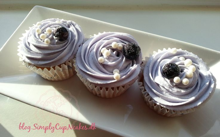 Vanilla-lemon cupcakes with a center of blueberry purée