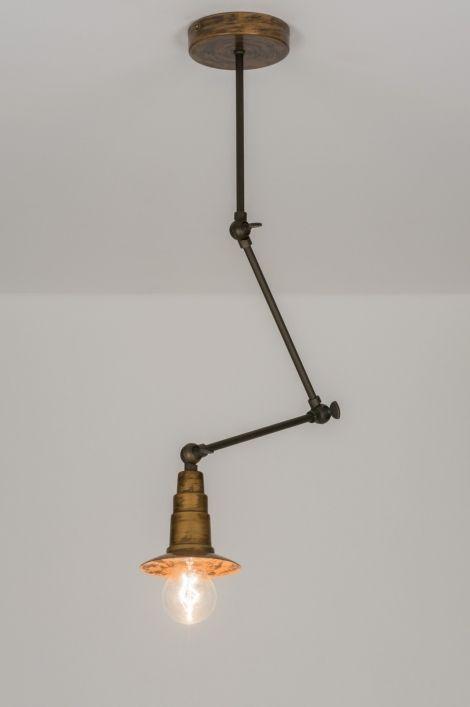 Artikel 72383 In de basis een klassieke wandlamp / hanglamp / plafondlamp maar dan wel op smaak gebracht met trendy details.  Door toevoeging van een industriële vleug en de bijzondere afwerking ontstaat er een eigentijds model dat zich thuis voelt in vele interieurstijlen. De lamp heeft een gouden basiskleur maar is zo bewerkt dat bronzen kleuren de boventoon voeren in een vintage uiterlijk…