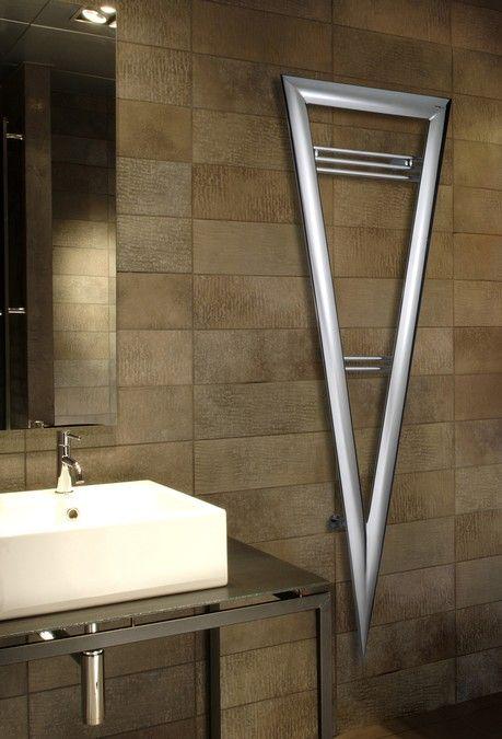 Le radiateur eau chaude VINCI est un sèche-serviette de forme triangulaire inversé élégant. il a été conçu pour occuper un minimum d'espace, tout en faisant un impact visuel fort avec ses lignes claires et précises altérée par des robinets inverses a l'arrière des collecteurs. Dimension disponible: largeur 65/77/101 cm, hauteur 71/87/180 cm, profondeur 4.8 cm, couleur disponible en chrome