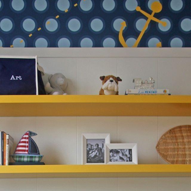 Que tal este papel de parede da @fina.stampa com tema marítimo que usamos neste quarto infantil? #projetosadalagomide #design #interiordesign #decoração #arquitetura #casa