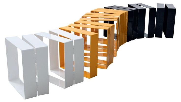 Leve visualmente, o banco de alumínio Row é modular, se adaptando a diferentes espaços. Venceu o prestigiado prêmio italiano Compasso d'Oro, em 2011.