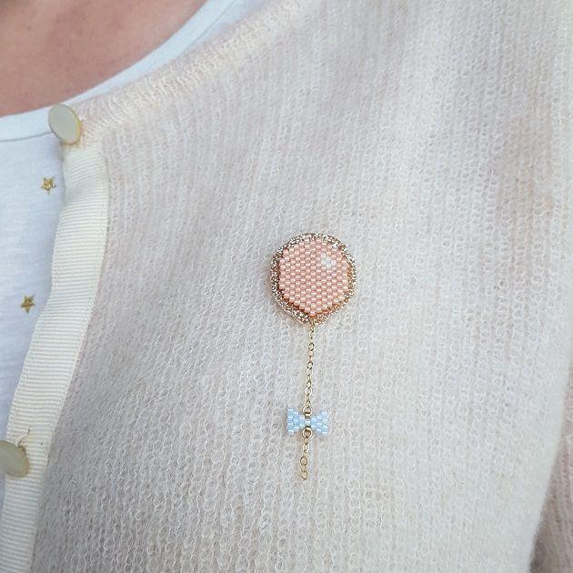 Broche ballon en tissage brick stitch et thermocollant pailleté