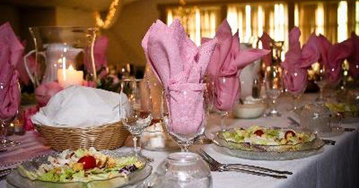 Quién se sienta en la mesa principal en una boda. Cuando planeas tu boda, la ubicación para sentarse debe prepararse de tal forma que permita asegurar una suave transición desde la ceremonia a la recepción. Aunque puedes optar por que la gente se siente como quiera en la recepción, las personas que van a sentarse en la mesa principal deberán saber esto con anticipación. La mesa principal ...