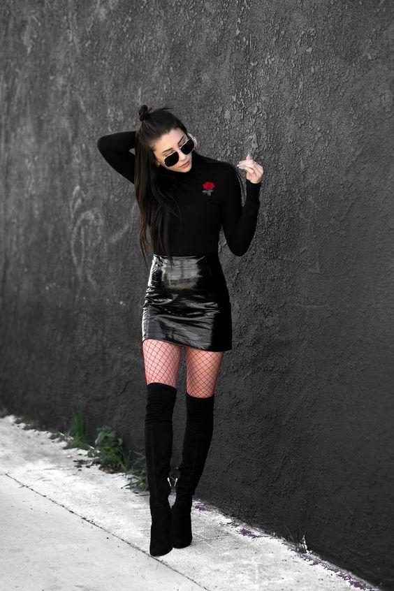 Blusa de gola alta preta, minissaia preta, meia arrastão, bota over the knee