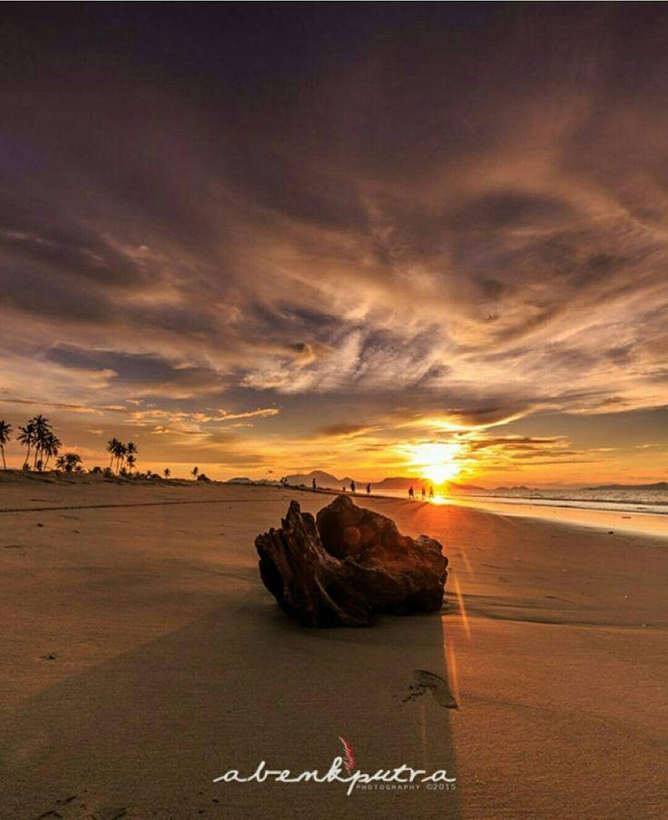 Super Sunset di Pantai Alue Naga. Rasanya lelah seharian terbayarkan dgn pemandangan sore hari dan suara pecah gelombang. #BandaAceh #KotaBandaAceh #ayokeacehlagi #visitaceh #ayokeaceh