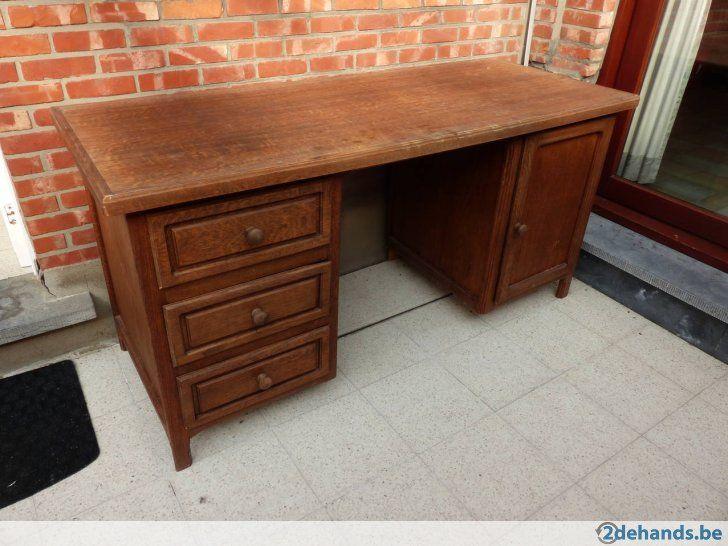 Houten bureau met drie lades en één deur