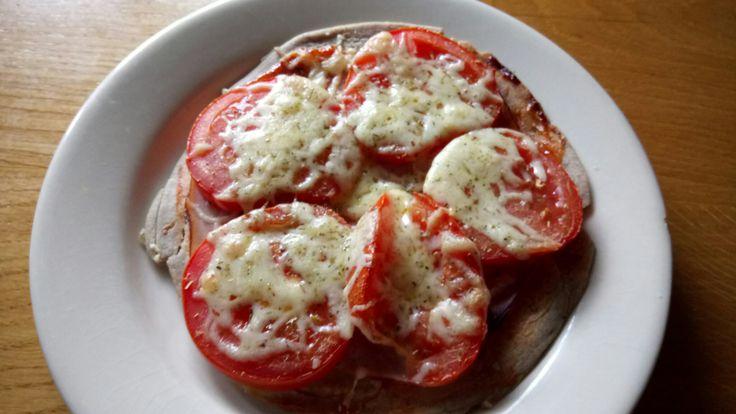 """Boekweit-""""pizza"""": Eerder gebakken en ingevroren boekweit pannekoek, belegd met tomatenketchup, kipfilet, tomaat en wat geraspte kaas. Even afbakken in de oven en je hebt weer een lekker bijgerecht bij een kopje soep."""