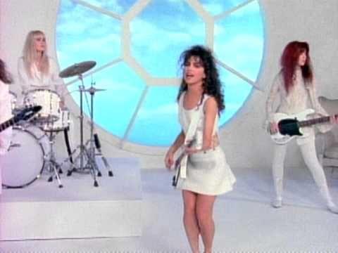 Susanna Hoffs vocalista y guitarra rítmica del grupo de integrantes femeninas rock The Bangles,