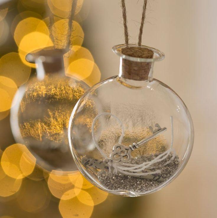 Estas fiestas, dale importancia a los detalles y decora tu árbol de navidad con bolas de cristal de diseños espectaculares y románticos.