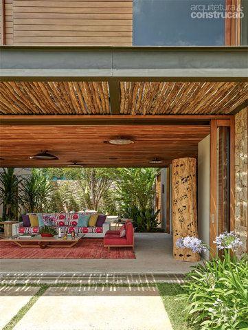 Com caixilharia de Lyptus, as portas de correr envidraçadas (Mado Portas e Janelas) deslizam pelos trilhos até saírem de cena. Na transição da sala para o jardim, a pérgula protege a sala do sol excessivo. Projeto de Miguel Pinto Guimarães.