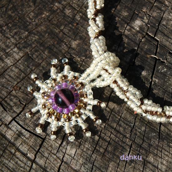 Violet, brown and cappuccino Název tohoto náhrdelníku je odvozen od barev, ze kterých je ušitý. Rozměry přívěsku: průměr 3,50 cm Délka šňůry: 45 cm