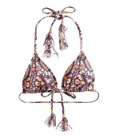 Een gevoerde triangelbikinitop met uitneembare vullingen en strikbandjes met kralen en franje op de rug en in de nek.
