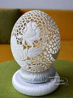 rzeźbione jajko strusie