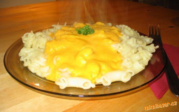 Půl kila mrkve, dvě lžíce oleje, jedna kostka kuřecího bujonu (Alnatura), jedna zakysaná smetana, sůl.