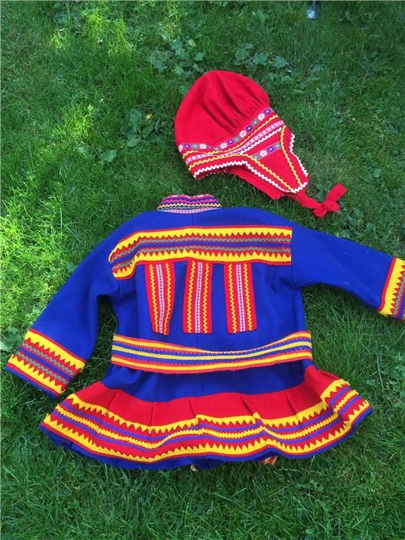 Here is a Sami costume for children. Frock with belt and hat. Red cap. Finnish design by Noitarumpu Rovaniemi, Finland. The suit is in very condition. However, the spots on the front koltens see in the picture. Chest width 96 cm. Length back collar 53 cm apart. Sleeve length 31 cm. 2/5