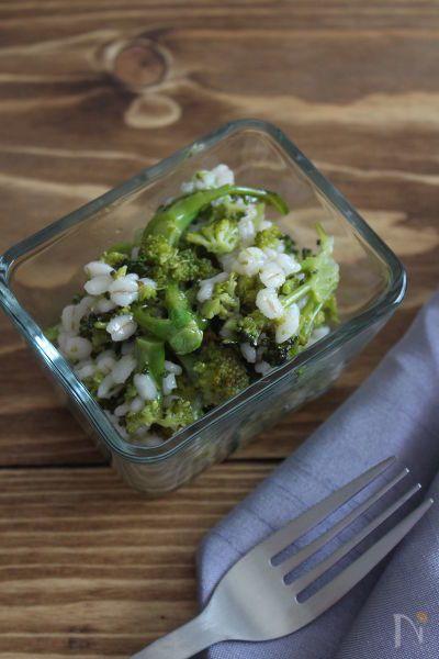 ダイエットの味方、ブロッコリーともち麦を使った簡単サラダです。もち麦のぷちぷちした食感が美味しいです。ブロッコリーは柔らか目に茹でると味も食感もなじみやすいです。