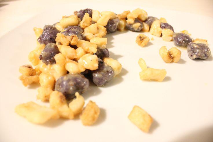 Mommole viola, ovvero gnocchi impastati con le patate viola, servite con gamberi e calamaro croccante