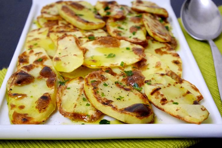 Le patate alla griglia sono un contorno sfizioso ma molto leggero e semplice da preparare.