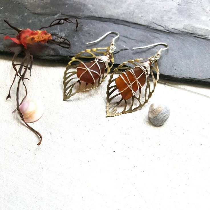 Fall inspired earrings at Poppy & Ivy Studios 💛  Amber coloured seaglass compliment the earthy tones of the bronze leaves