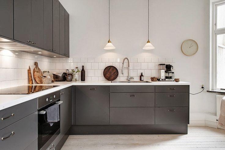 DECORACION FACIL: Ultimas tendencias en cocina, mobiliario gris y encimera de mármol blanco.