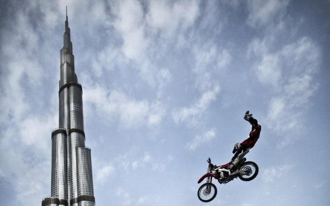 Australiano salta com moto em frente ao maior prédio do mundo