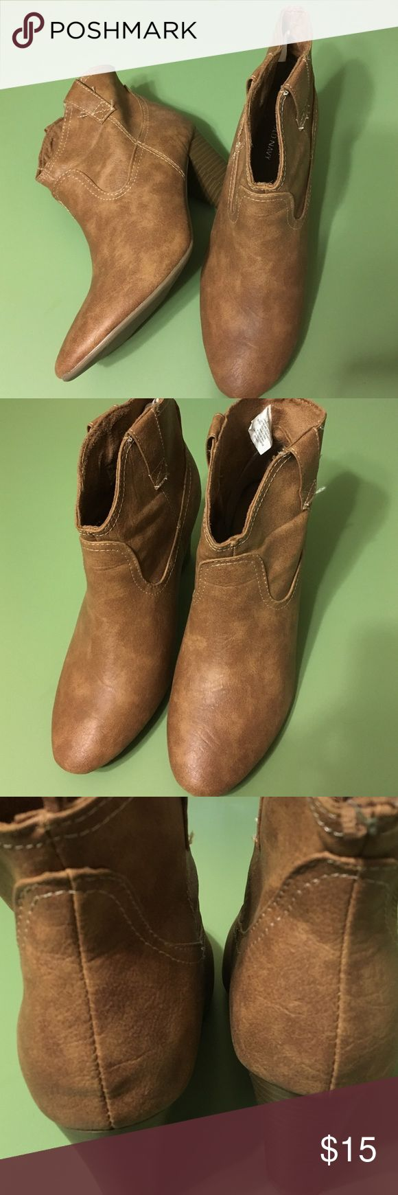"""Old Navy Ankle Boot 8 Old Navy Ankle Boot with stacked heel size 8. Lightly worn. No damage. Not real leather. Heel height 3"""". Old Navy Shoes Ankle Boots & Booties"""