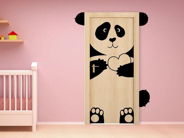 Ale śliczna! Naklejka na drzwi słodka panda. Dekoracja do pokoju dla dzieci. Naklejka dostępna w różnych wersjach kolorystycznych i rozmiarach. Urocza dekoracja dla Twojego milusińskiego :)
