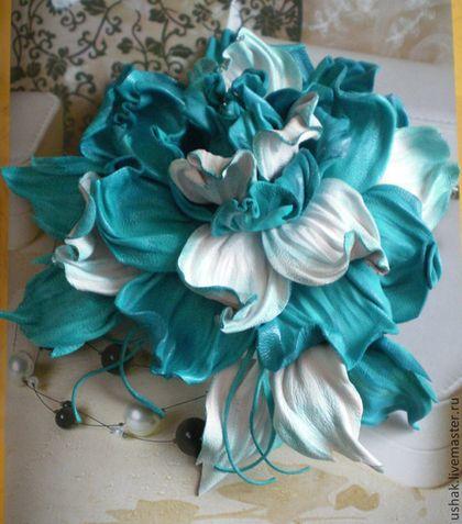 Цветок из нежно-бирюзовой и белой кожи,тонирован вручную
