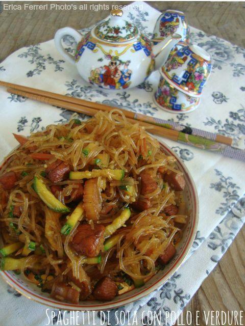 """Un piatto etnico gustoso e stuzzicante: spaghetti di soia con pollo e verdure firmati """"Ogni riccio un pasticcio""""."""