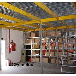 Altillo modular con piso metálico embutido, en acero pregalvanizado con piezas de sujeción sobre vigas horizontales, pintadas en color amarilllo RAL 1004 de alta visibilidad. https://www.esmelux.com/galeria-de-entreplantas-o-altillos