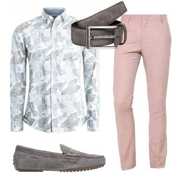 Outfit adatto per una cerimonia informale: camicia di cotone a maniche lunghe, stampa fantasia, pantaloni rosa, classici, mocassini e cintura di camoscio, grigi.