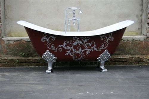 I dream of having a bear claw tub in my home one day - this one is decorated so beautifully.