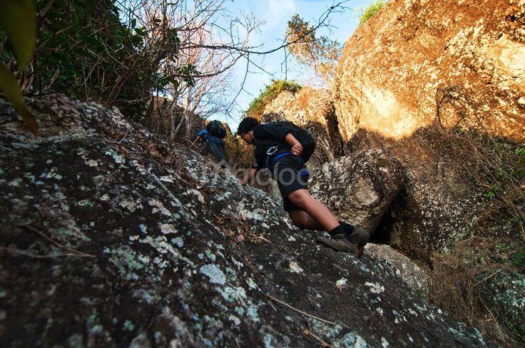 Scrambling di Gunung Api Purba Nglanggeran. Foto oleh Benedictus Oktaviantoro.