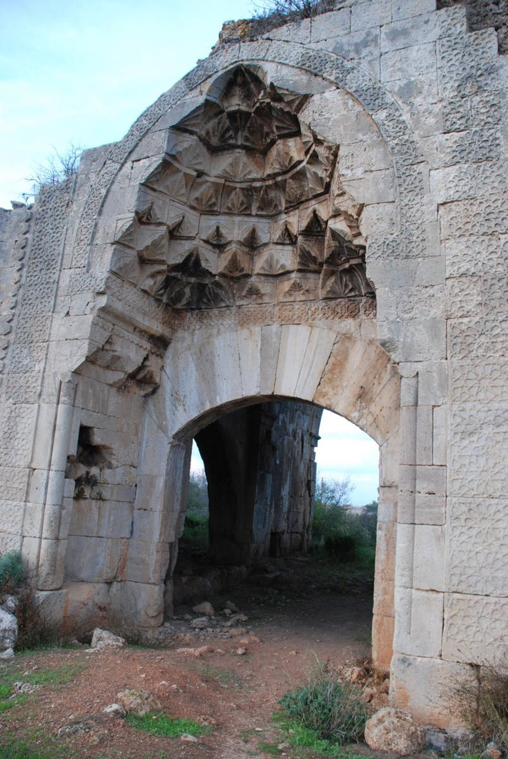 Evdir Han: Antalya – Korkuteli yolu üzerinde, Antalya'ya 18 km uzaklıktaki Yukarı Karaman köyü içinde, Uzunkuyu mevkiinde 78,80 x 45,30 m. büyüklüğündeki hanın taç kapısı, Türk taşçılık ve oymacılık sanatının en güzel örneklerinden biridir.