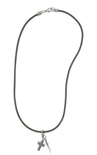 Lederband-Halskette mit altsilberfarbenem Kreuz- und Säbelanhänger. Unisex tragbar. Karabinerhaken zum Schließen. Produkttyp: Kette. Verschlussart: Karabiner. Produkttyp Kette Farbe braun-altsilberfarben Stil Klassisch Nickelfrei Ja Muster Uni Labelung Nein Gravurmöglichkeit Nein Verschlussart Karabiner Verschlussmaterial Metall Gesamtlänge 510 mm Anhängermaße (HxBxL) 3,5 x 1,5 cm Verpackung Polybeutel + Seidenpapier