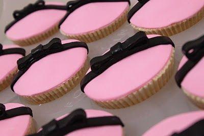 Fondant Happy Birthday classic vanilla cupcakes - tutorial