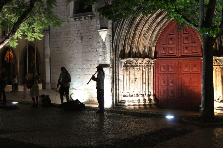 [Lisbona in 10 scatti] Largo do Carmo: quattro compagni di viaggio, aperitivo con la sangria, musica dal vivo.