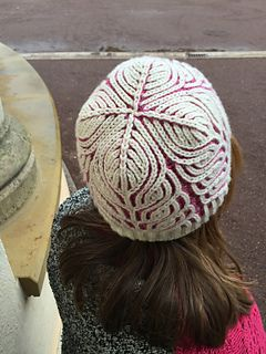 I hesitated to write down this pattern for about half a year. I made different samples. I had to change the yarn quality from DK weight down to Sport weight and made some changes concerning the brim. I decided for a fitted unicolored brim with some increases in the first pattern round.