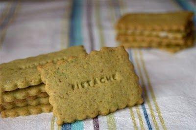 Biscuit pistache 200 g de farine 1 oeuf 80 g de beurre mou 80 g de sucre en poudre 50 g de pistaches non salées