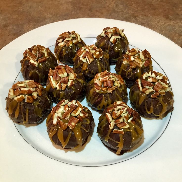 Turtle Cheesecake Balls - Ingredients: cream cheese, graham crackers, chocolate chips, caramel, pecans. So delicious!