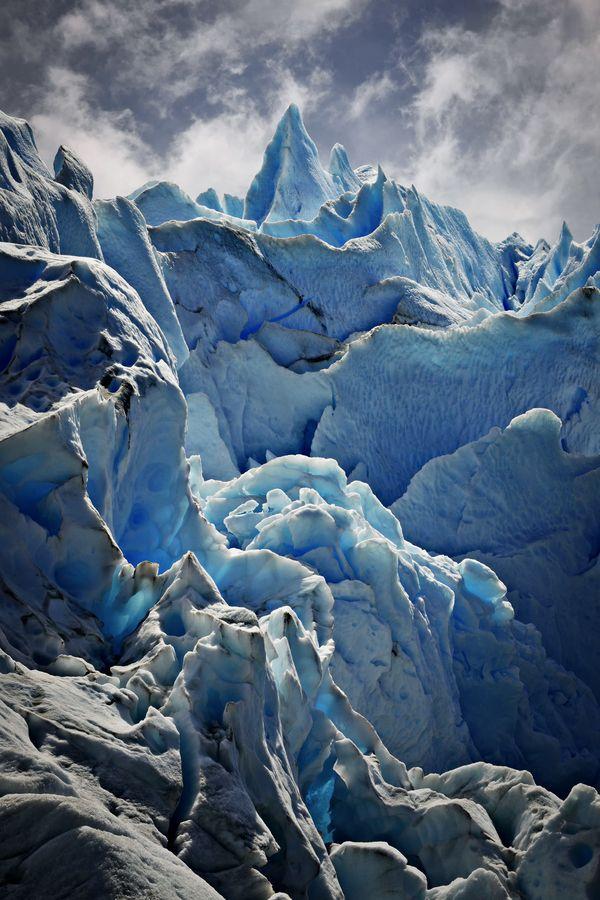 Glaciar Perito Moreno- Argentina. Se origina en el campo de hielo Patagónico Sur. Su frente de avance es de unos 5 km. de ancho, y 74 m. de alto. La profundidad del hielo es de 170 m.                                                                                                                                                                                 Más