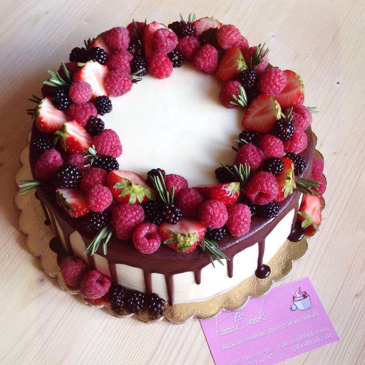Под венком из ягод скрывается наш любимый шоколадный с карамелью Мы рекомендуем именно такое оформление ягодным венком, так как его можно дополнить надписью на торте, растяжкой или свечкой. #foodbookcake