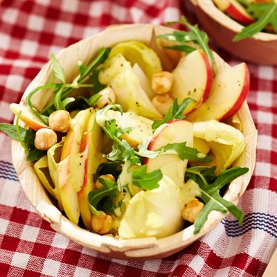 Rucola-witlofsalade met appel en hazelnoten