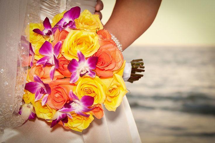 Düğün Çiçekleri, Evlilik çağındaki her genç kızın hayallerini süsleyen gelinliğin seçimi ne kadar sor ise de işler gelinliğin seçimi ile bitmiyor. Gelinliği tamamlayıcı en önemli aksesuarlardan biri olan gelin çiçeğinin seçimi de büyük önem taşıyor. Zira gelinliğiniz ne kadar göz alıcı olursa olsun, uyumsuz bir çiçek seçimi ile görünüşünüz tamamen bozulabilir.